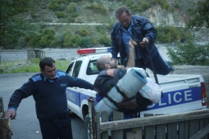 The cops help us with our bags. Photo by Emée - http://ohmyroad.eu